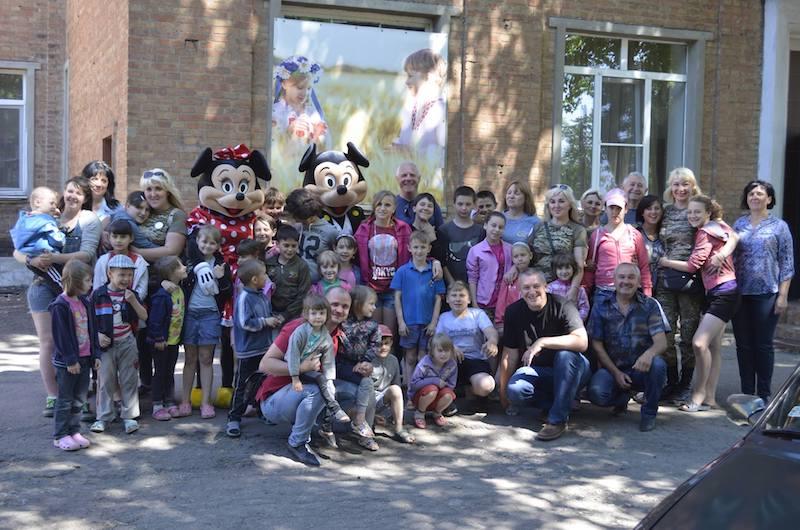 «Детский смех среди выстрелов» – волонтеры из Павлограда провели детский праздник в прифронтовой Марьинке