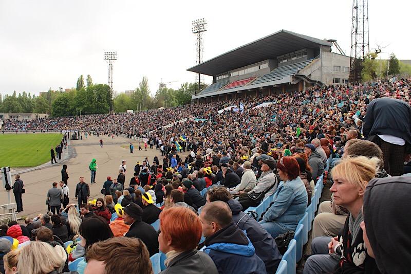 Тысячи украинцев молились на стадионе в Днепре о мире в Украине